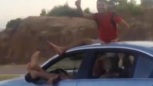 İki ayağını camdan çıkarıp, otomobili o şekilde sürdü