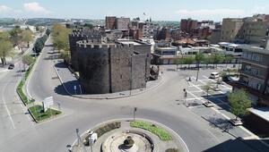 90 yıl önce top atışlarıyla hava gelmiyor diye yıkılan Diyarbakır surları yeniden inşa edilecek