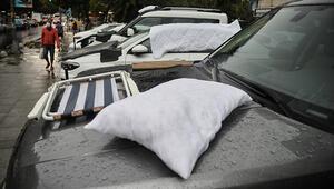 Son dakika haberi... İstanbulda dolu yağdı, araçları böyle korudular