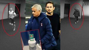 Son Dakika | Tottenham - Chelsea maçında görülmemiş olay Maçın ortasında tuvalete gitti, Mourinho kovaladı...