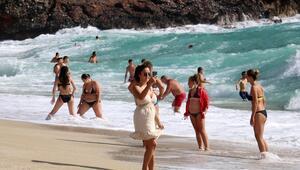 Alanyada turistlerin dalgalı deniz keyfi