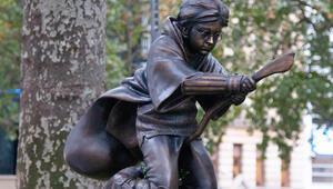 Londraya Harry Potter'ın heykeli dikildi