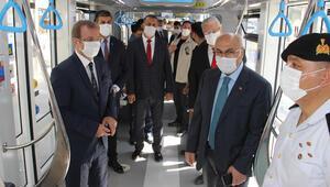 İzmir Valisi Yavuz Selim Köşger, koronavirüs denetimi için tramvaya bindi