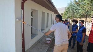 Nevşehirde gençler okul boyadı