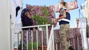 Jandarmadan konteynerdeki depremzedelere aşure ikramı