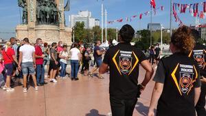 Taksimde turistlere maske ve sosyal mesafe denetimi