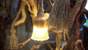 Kurumuş ağaç köklerini, sanat eserine dönüştürüyor