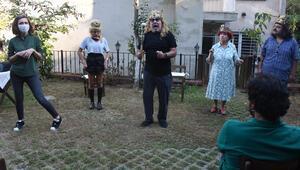 Ev bahçesinde kostümlü prova