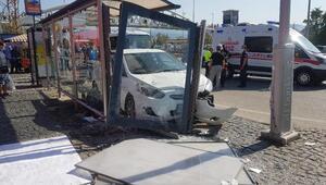 Sürücü kalp krizi geçirdi Otomobil durağa daldı: Yaralılar var