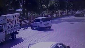Hareket eden aracın önüne geçip duvara çarpmasını önledi