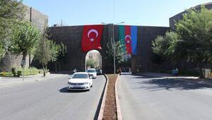 Diyarbakır surlarına Türk ve Azerbaycan bayrakları asıldı