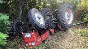 Tomruk yüklü traktör devrildi, sürücü öldü