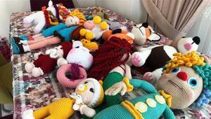 Azerbaycanlı çocuklar için oyuncak bebek örüyorlar