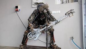 Hurda otomobil parçalarından gitarcı yaptı