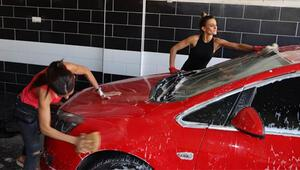 Oto yıkamacı kız kardeşler, kazandıkları ile sokak hayvanlarına bakıyor
