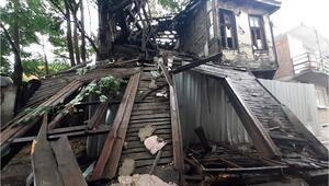Edirnede sağanak; ahşap bina çöktü