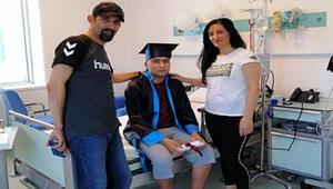 Lösemiyi yendi, hastane odasında kep atıp üniversiteyi kazandı