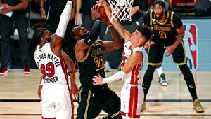 NBAde gecenin sonucu | Miami Heat, Lakersa karşı müthiş maçta final serisine tutundu