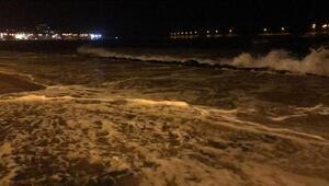Fırtınalı denizdeki dalgalar, yürüyüş yolunu taştı