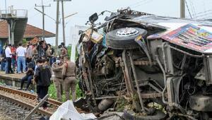 Tayland'da yolcu otobüsüyle tren çarpıştı: 17 ölü, en az 30 yaralı