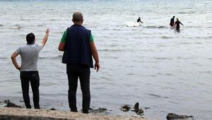 İlginç anlar Kaçak midye avcıları polisi görünce denize kaçtı