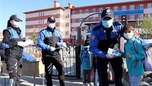 Polis ekipleri, yüz yüze eğitime başlayan öğrencilere maske dağıttı