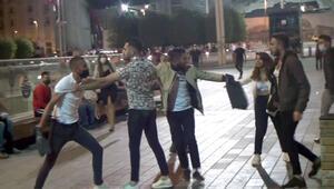 Taksim'de akılalmaz kavga Kız arkadaşıyla yürürken yanına yaklaştı ve…