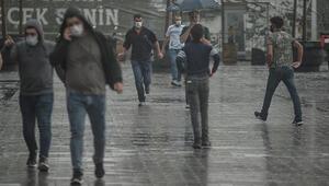 Meteoroloji uyarmıştı İstanbulda sağanak başladı, trafik kilitlendi