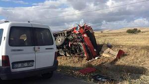 Kamyonla çarpışan traktör ikiye bölündü