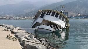 Balıkçı barınağındaki tekne, su alıp, yan yattı