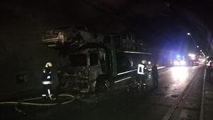 Kaza, sabah saatlerinde Kırıkkale- Samsun karayolu Yukarı Mahmutlar köyü mevkiinde meydana geldi. Hasan Hüseyinoğlu (52) yönetimindeki 24 AAN 625 plakalı hafif ticari araç, sürücünün direksiyon kontrolünü yitirmesi sonucu alt geçit üzerindeki demir korkuluklara çarptı. Kazada, araçtaki Abdulkadir Sayın (60) öldü, sürücü Hasan Hüseyinoğlu ile İsmail Sarıkaya (33) yaralandı.  İhbar üzerine kaza yerine sevk edilen ambulansla yaralılar, Yüksek İhtisas Hastanesi'ne kaldırılarak tedaviye alındı. Abdulkadir Sayın'ın cenazesi de aynı hastanenin morguna kaldırıldı.