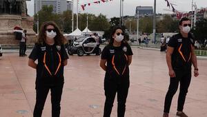 Taksim'de maske takmayan turistlere uyarı yapıldı