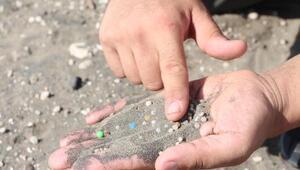 Plastik ham maddesi sahil kumlarına karıştı; bir avuç kumda 200 tane var