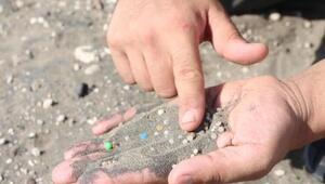 Uzman isim açıkladı Plastik ham maddesi sahil kumlarına karıştı; bir avuç kumda 200 tane var