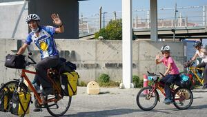 Lozandan Türkiyeye ikizleriyle birlikte bisikletle geldiler