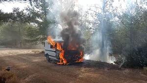 Minibüsteki yangın ormana sıçramadan söndürüldü