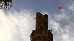 Kumlucada şiddetli fırtına minareyi devirdi