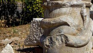 Patarada 2 bin yıllık yılan figürlü sunak bulundu