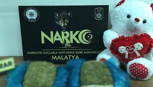 Son dakika haberler: Malatyada yolcu otobüsündeki oyuncak ayıdan 6 kilo esrar çıktı