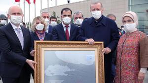 Son dakika haberler: Cumhurbaşkanı Erdoğana, 15 Temmuzda çizdiği rotanın tablosu hediye edildi