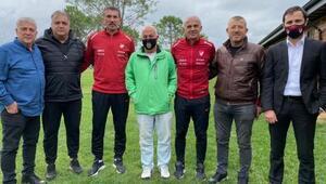 Oğuz Çetin ve Rüştü Reçber, kadın futbol kulüp temsilcileriyle bir arada