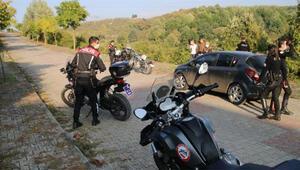 Plakasına maske takan ehliyetsiz motosiklet sürücüsü kovalamacayla yakalandı