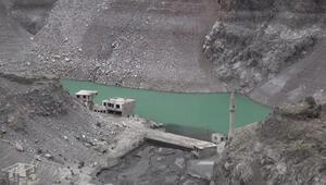 Artvinde barajlardaki sular çekildi... Yerleşim yerleri ortaya çıktı