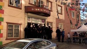 Diyarbakırda HDP İl Binasında polis arama yapıyor