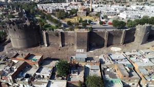 Diyarbakırda gecekonduların yıkılmasıyla kitabe ve nişler ortaya çıktı