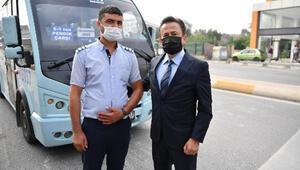 Tuzla'da yaşlılara yol veren dolmuş şoförüne belediye başkanından teşekkür
