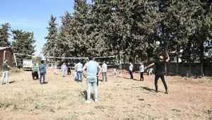 İnşa ettikleri voleybol sahasında ilk maçı mahalleliyle oynadılar