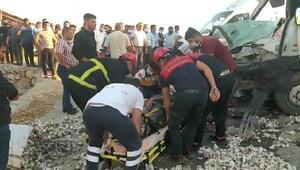 Şanlıurfa'da kamyon ile minibüs çarpıştı: 2 yaralı