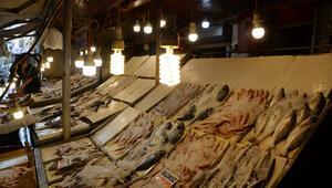 Balık alacaklar dikkat Işık hilesiyle böyle kandırıyorlar