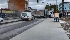 Sultangazide yolda alev alan minibüs su tankeriyle söndürüldü